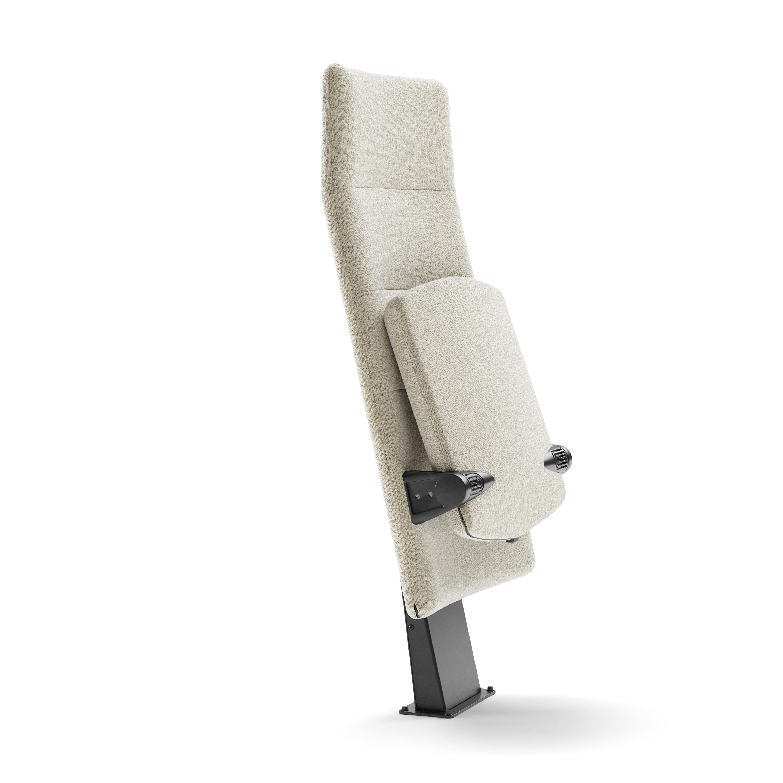 Arena auditoriestol med høy rygg og inntrinnfeste fra Fora Form