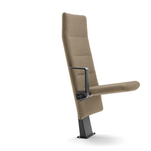 Arena auditoriestol med høy rygg armlen og nedslått sete fra Fora Form