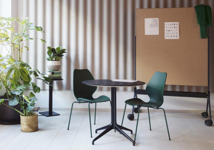 City stoler i mørk grønn utførelse sammen Kvart bord i sort Fora Form