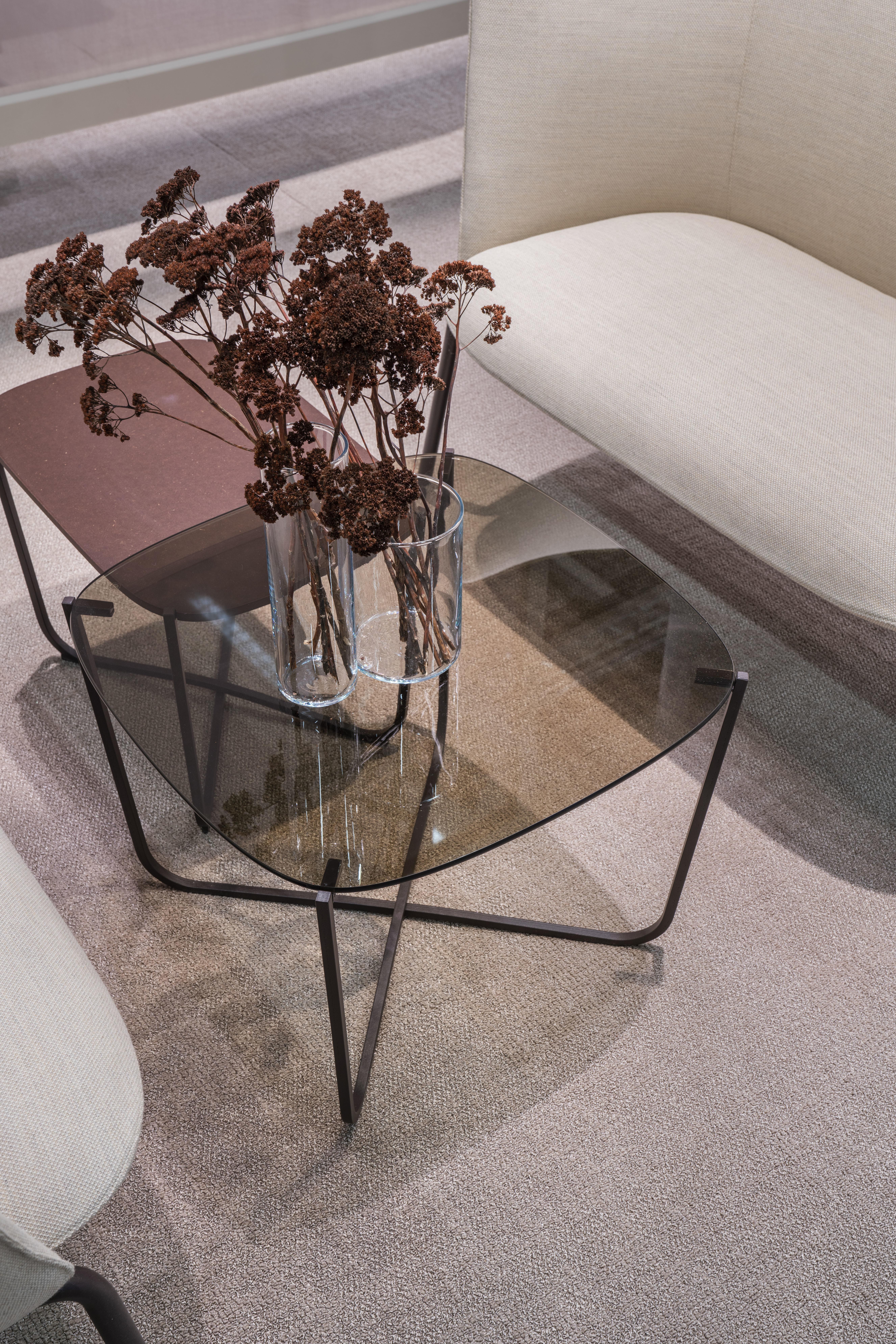 Root glassbord sammen med Tind sofa Fora Form