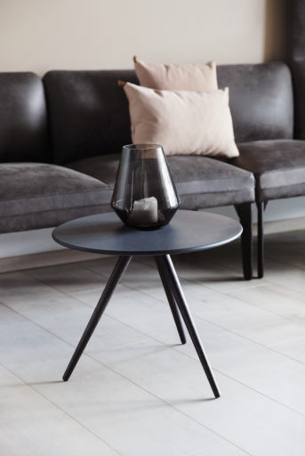 Cup bord med Senso sofa i bakgrunnen Fora Form