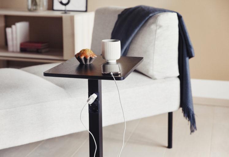 L bord med støpsel og Kove sofa Fora Form