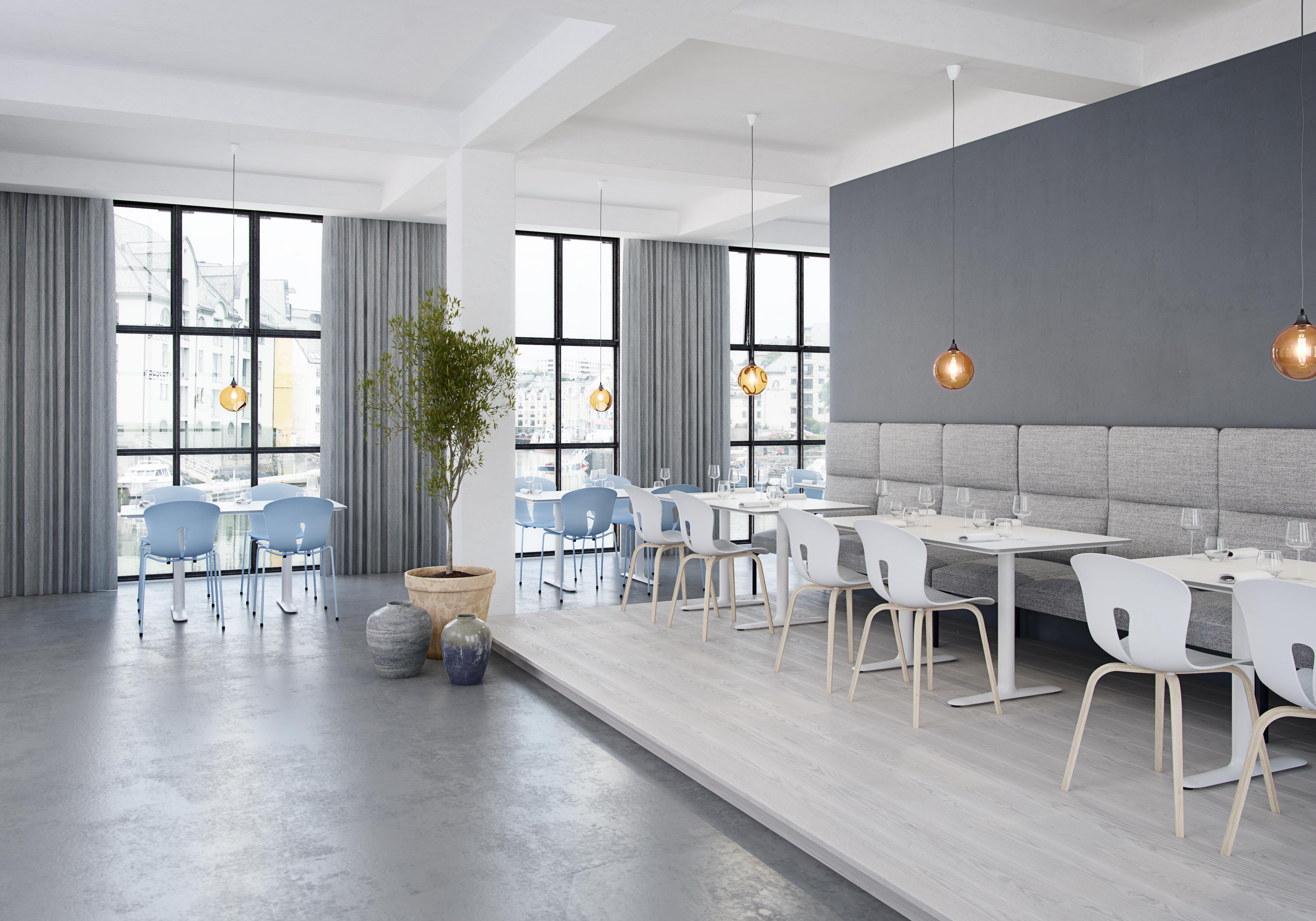 Pond stoler Roma bord og Ssenso sofa i en restaurant Fora Form