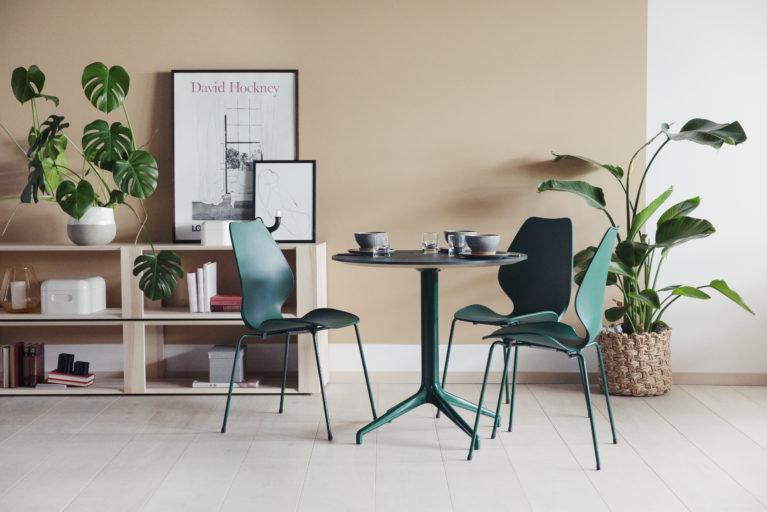 Pauserom med City stablestoler og Kvart bord Fora Form