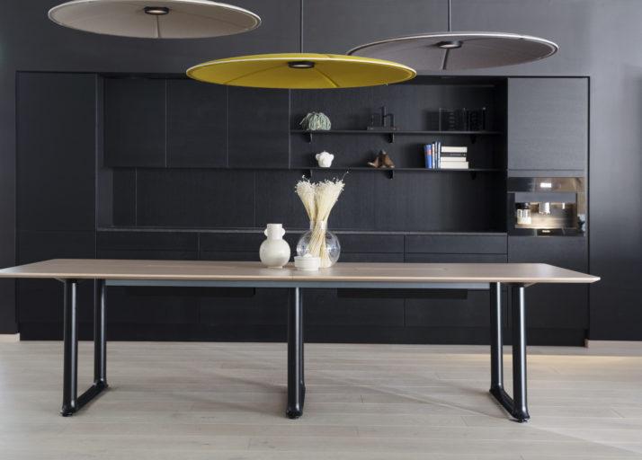 Roma bord med kabelluker og bordplate i hvitvasket eik finer og sort understell Fora Form