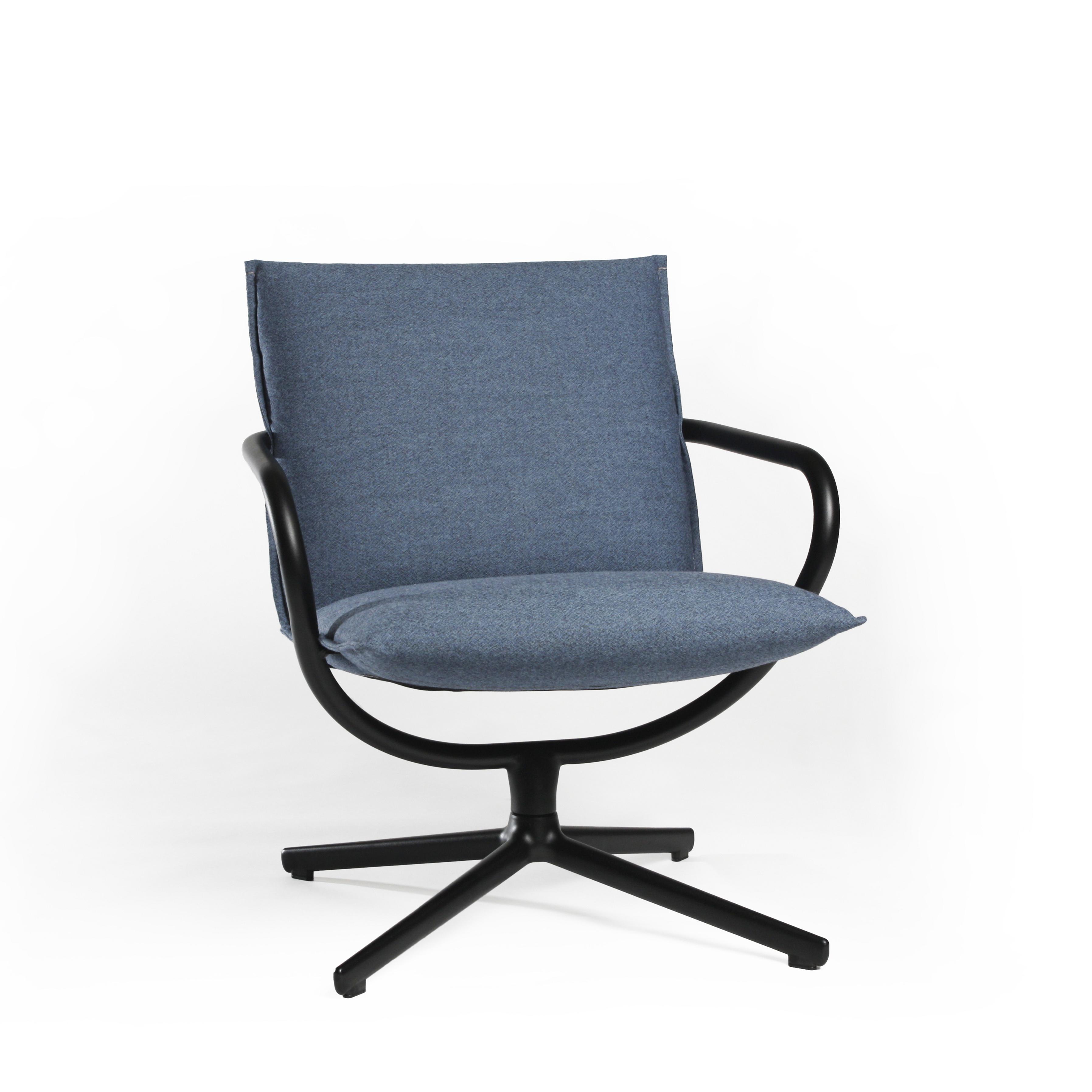 Camp stol med lav rygg i blå tekstil Fora Form