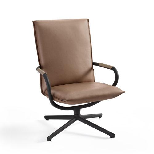 Camp stol med høy rygg i hud og tredetaljer i eik Fora Form