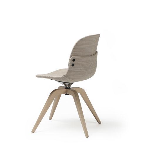 Con III overstoppet stol med lav rygg og understell i eik Fora Form