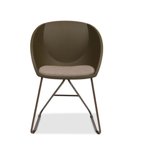 Popcorn stol med setepute og brun gjenvunnet plast Fora Form