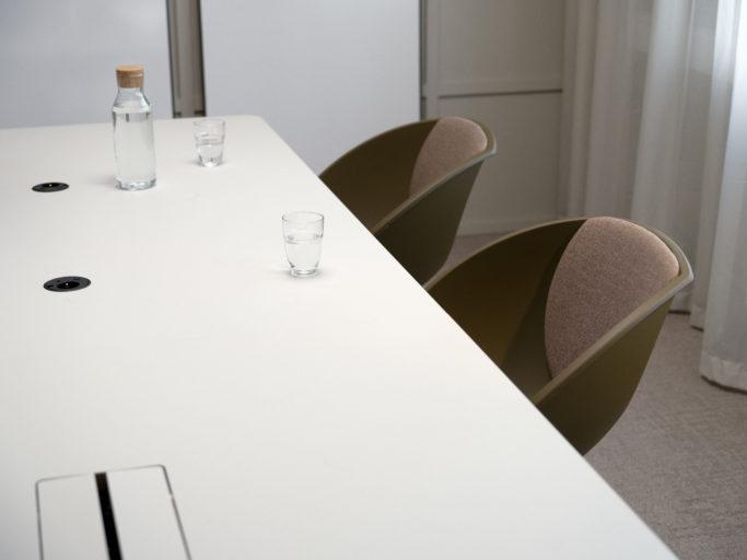 Kvart bord og Popcorn stoler fra Fora Form